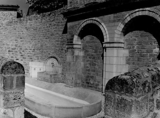 Domme, très beau lavoir et son mur en pierre.