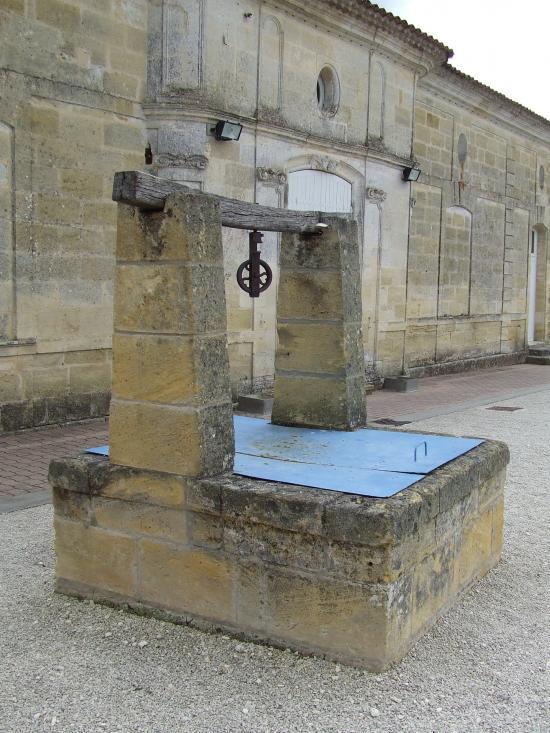 Tizac-de-Curton, un puits carré devant la cure.