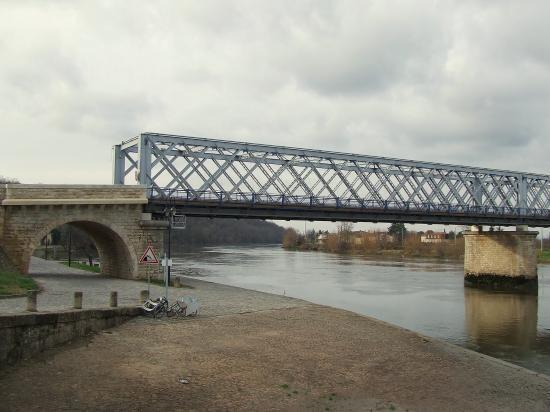 Branne, le pont Eiffel sur la Dordogne