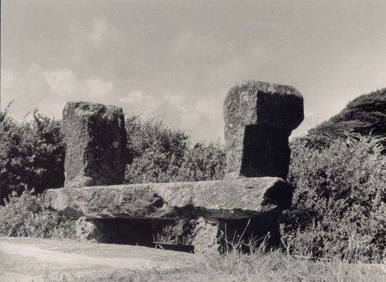Piriac, un banc en granit le long de la côte.