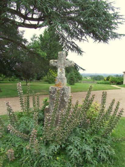 Génissac, le Vieux-Château: une croix à l'entrée.