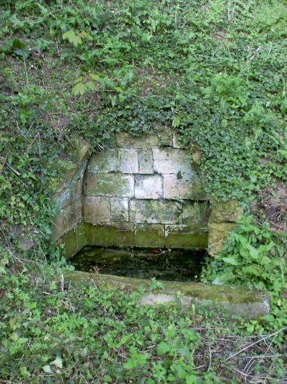 Arveyres, la fontaine de Cugnefesse