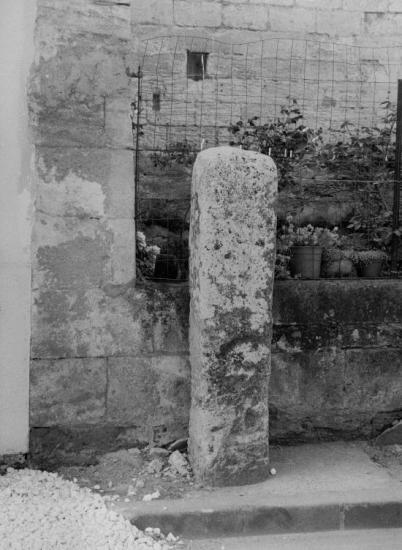 Vayres, une autre borne romaine.