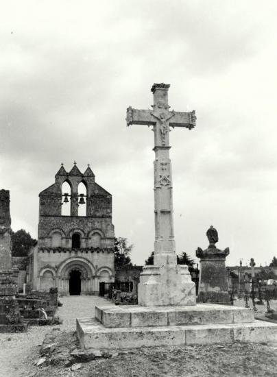 La Lande de Pomerol, la magnifique croix du cimetière.