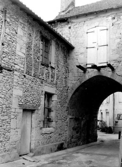 Cadouin, le passage piéton se trouve sous la maison.