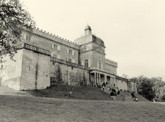 Vayres, la façade du château coté Dordogne.