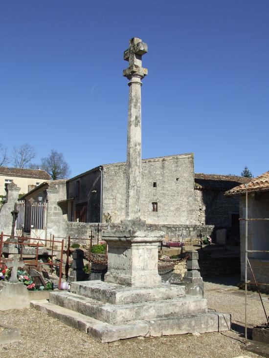 Saint-Aubin-de-Branne, la croix du cimetière.
