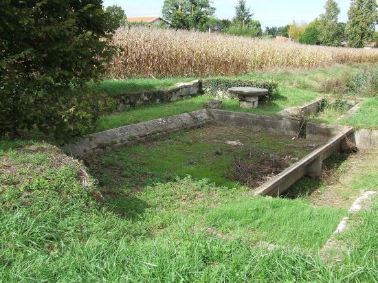 Saint-Quentin-de-Baron, le lavoir de la fontaine,