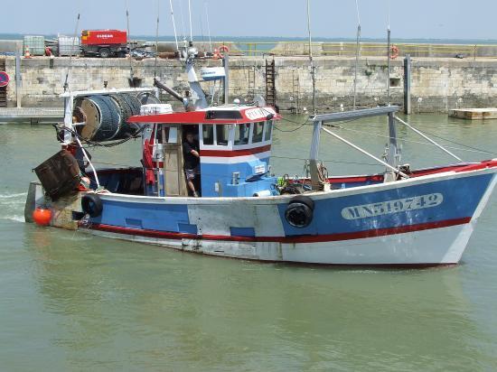 Bourcefranc-le-Chapus, un bateau de pêche sur le départ en haute mer.