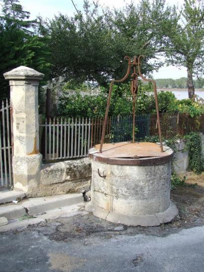 Vayres, un puits à treuil.