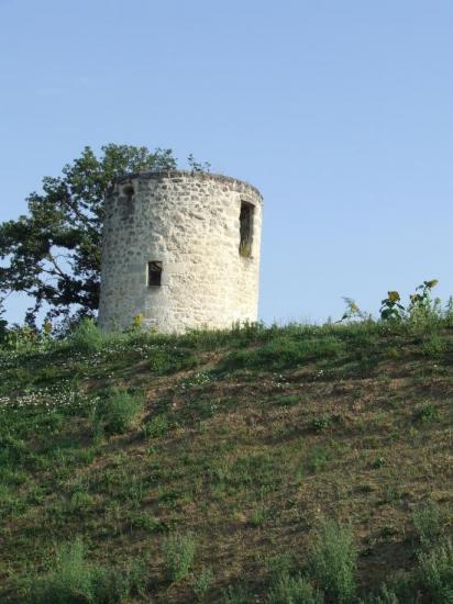 Saint-Quentin-de-Baron, un moulin le long du CD936,