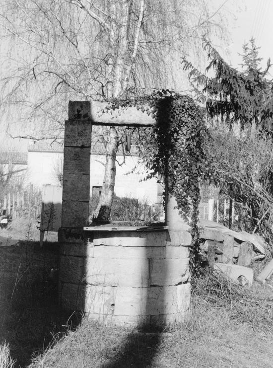 Saint-Hippolyte, un puits avec sa poulie.