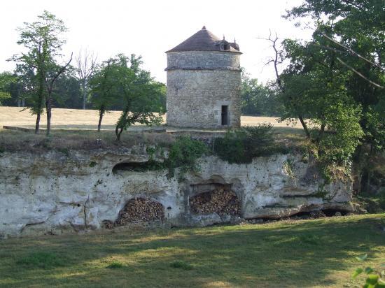 Saint-Quentin-de-Baron, le fuie et les grottes de Jaurias.