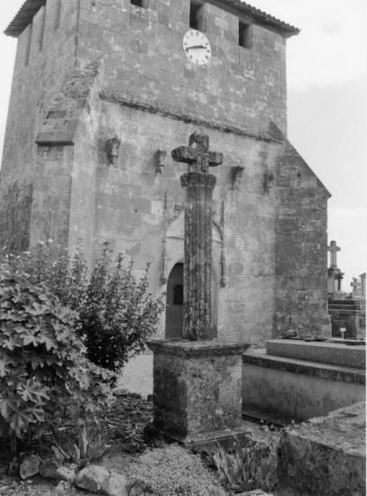 Bayas, la croix du cimetière devant l'église.