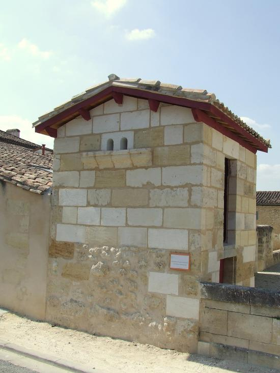 Saint-Quentin-de-Baron, un pigeonnier dans le bourg,