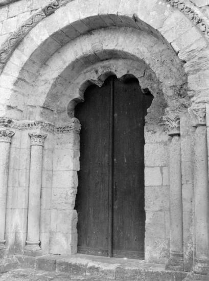 Guitres, l'abbatiale Notre-Dame, le portail polybée,