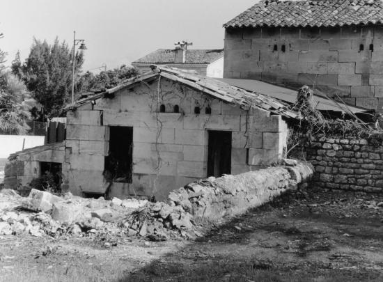 Génissac, deux vieux pigeonniers dans le bourg.