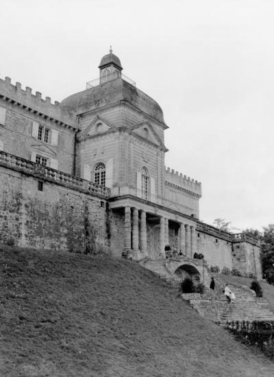 Vayres, façade du château coté escalier