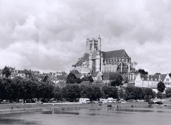 Auxerre, les bords de l'Yonne et l'église Saint-Pierre depuis le pont