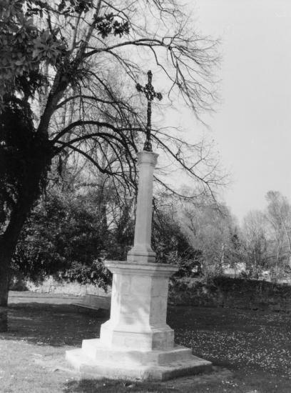 Izon, une croix dans la cour de l'église.