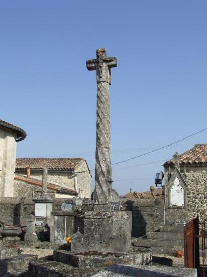 Guillac, la croix du cimetière.