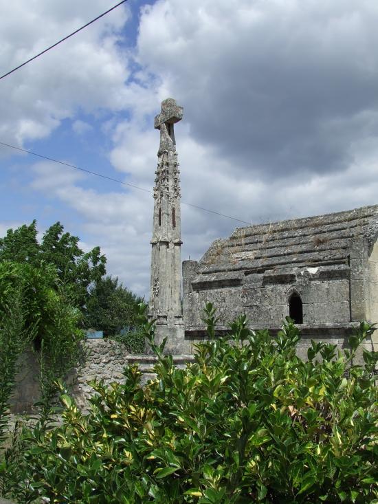Dardenac, la croix de cimetière.