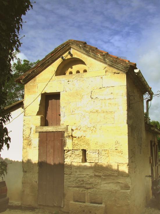 Saint-Quentin-de-Baron, un autre petit pigeonnier dans le bourg.