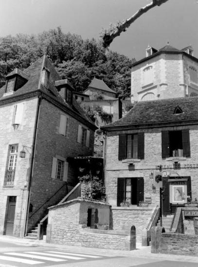 Beynac, une maison de pierre abritant la Poste.