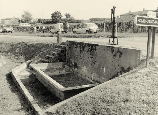 Saint-Christophe-des-Bardes, un lavoir et un puits.
