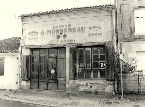 Arveyres, un ancien garage, rue de l'église.