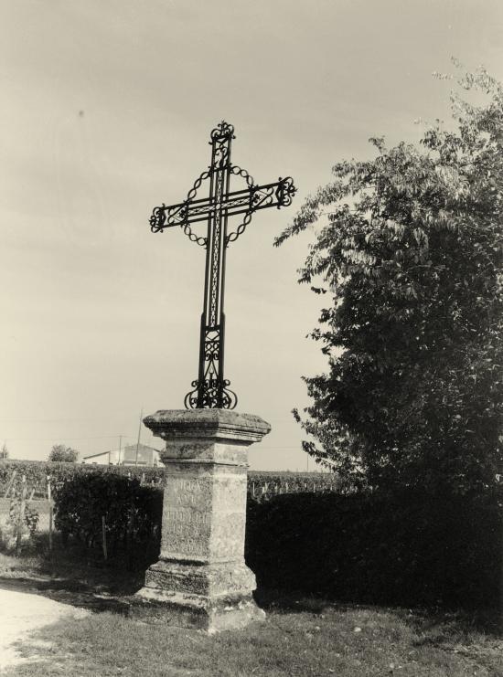 Saint-Christophe-des-Bardes, le croix de Tillet.