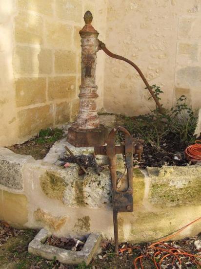 Tizac-de-Curton, une pompe à bras sur un puits,