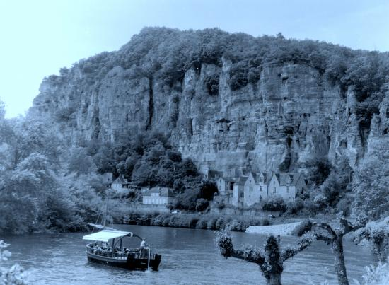 La Roque-Gageac, une gabare sur la Dordogne.