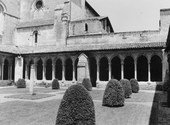 Saint-Emilion, le Cloître de l'église Collégiale.