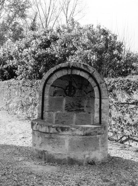 Izon, un puits vers l'église Saint-Martin