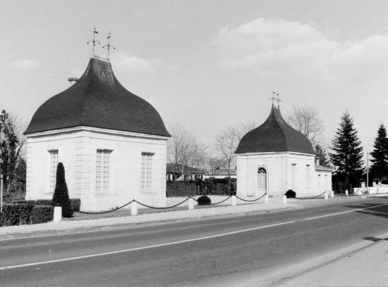 Izon, les pavillons de garde du château Grand'Pré.