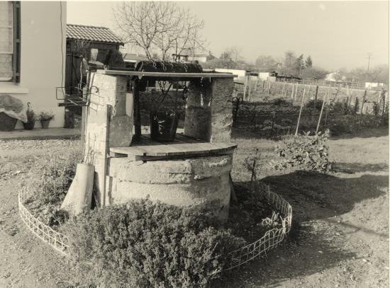Arveyres, un puits à treuil, le long de l'ancienne RN89.