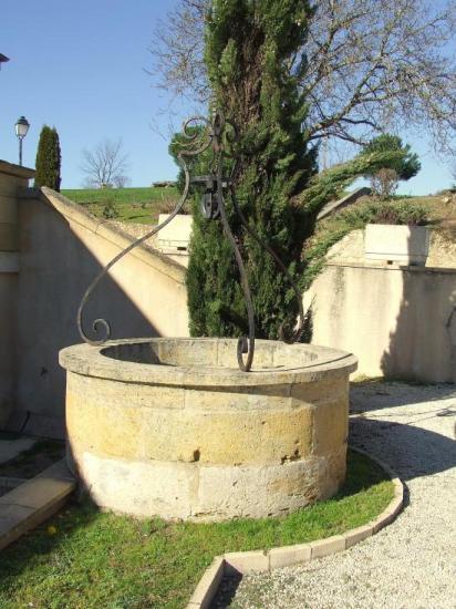 Saint-Aubin-de-Branne, un puits vers la mairie,