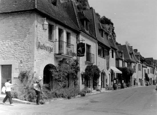 La Roque-Gageac, une rue le long de la Dordogne.