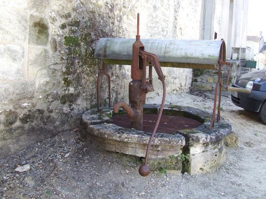 Grézillac, un puits à treuil vers l'église.