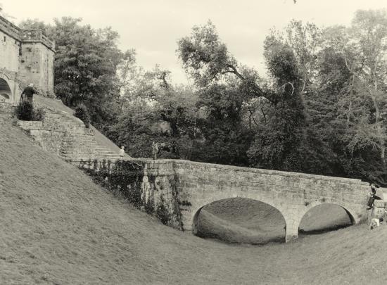 Vayres, le château, le pont.