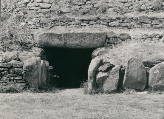 Saint-Marc, les détails de l'entrée du tumulus.