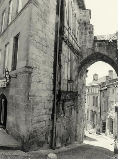 Saint-Emilion, une maison accolée à la Porte de la Cadène.