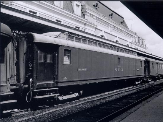 Auxerre, le train à vapeur, le wagon postal.