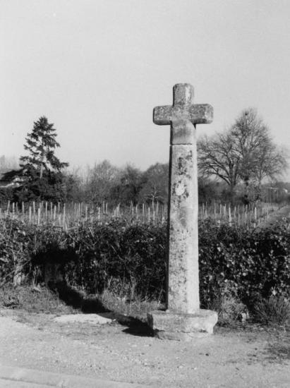 Génissac, une croix de pierre.
