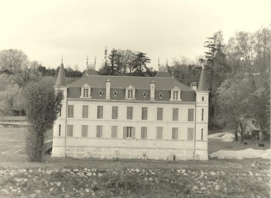 Guitres, château le long de l'Isle.