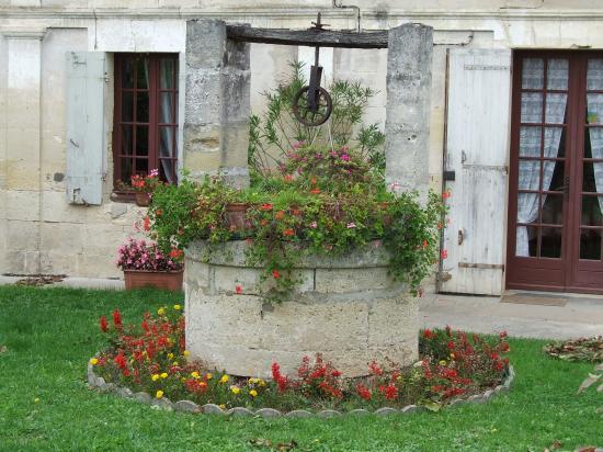Saint-Quentin-de-Baron, un puits dans le bourg,
