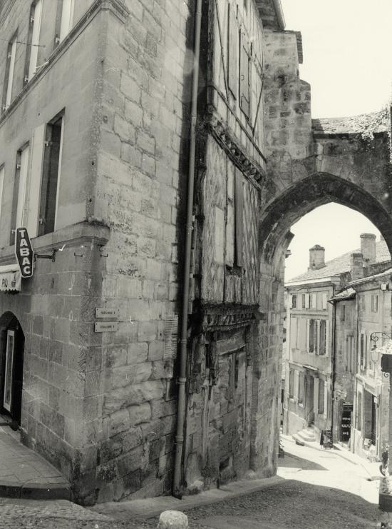 Saint-Emilion, la porte et la rue de Caldène.
