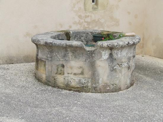 Saint-Quentin-de-Baron, un puits,