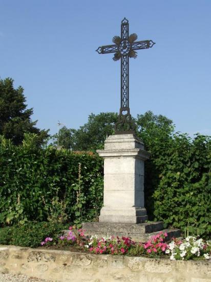 Saint-Quentin-de-Baron, une croix dans le bourg.